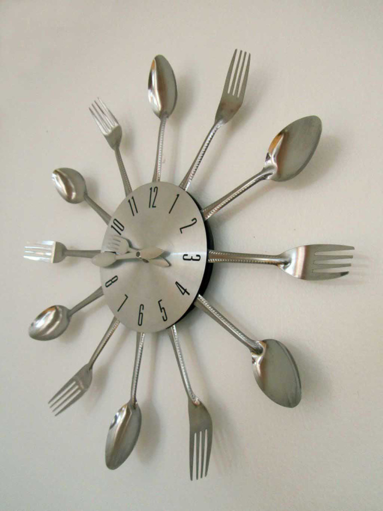 Lindo reloj de pared que decora el comedor y que está a la venta. Cute wall clock decorating the dining room and that´s on sale. Image by placeOK.