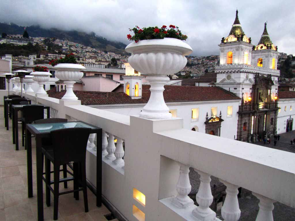 Elegante y refinado es el hotel Casa Gangotena el cual goza de una excelente vista a la Plaza e Iglesia San Francisco en Quito.  Elegant and with an eye-catching style, Casa Gangotena boutique hotel is situated in Quito overlooking San Francisco square and church.  Images by placeOK